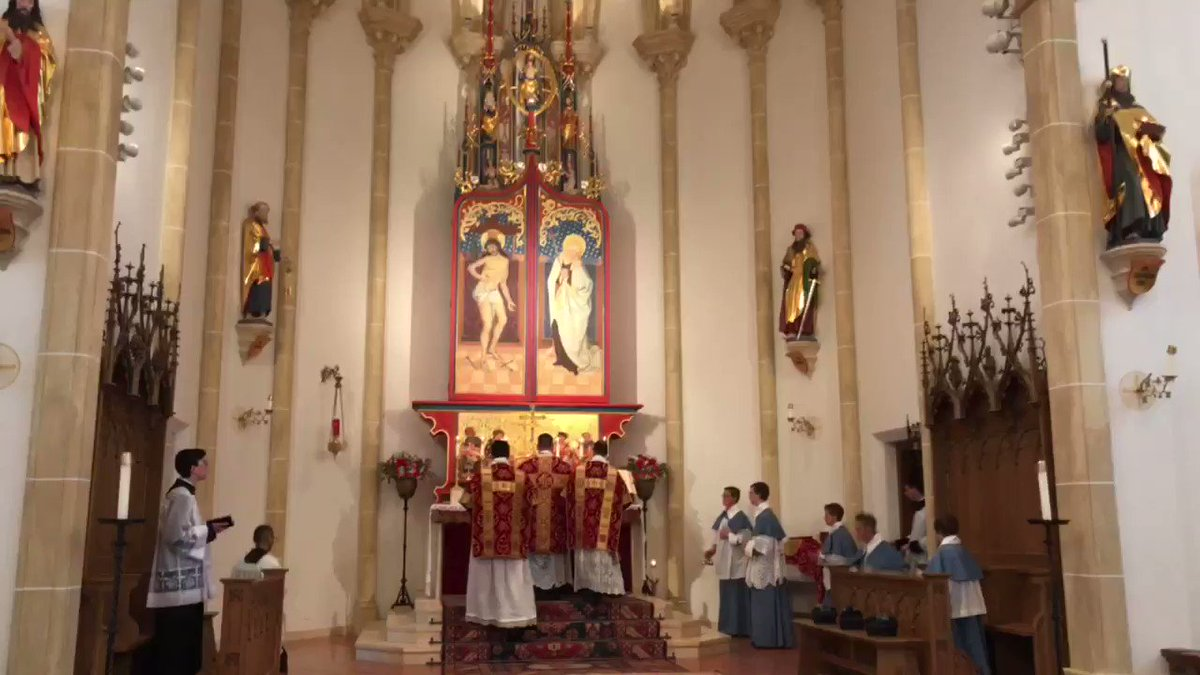 Opening of the triptych during the Gloria, Vigil of Pentecost, St. Mary's Oratory, Wausau Wisconsin   #vigil #Pentecost #Glory #CatholicTwitter #triptych #beauty #traditionalart #traditionpic.twitter.com/tTbN8VYTd3