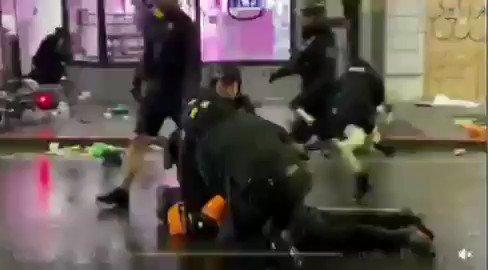 ¿Y entonces...? Siguen los rodillazos d asfixia como técnica policial. #EEUU #JusticeForGeorgeFloyd