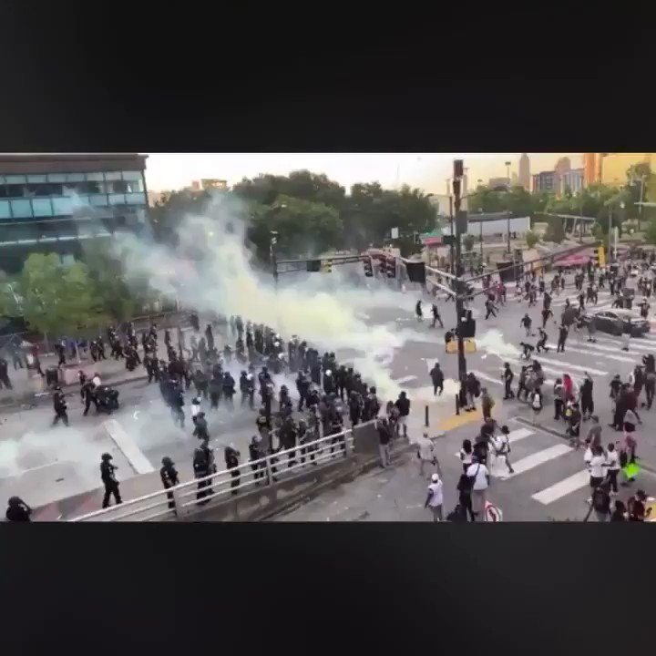 In #Atlanta riot police threw tear gas as the crowd, and a sudden gust of wind blew the gas back onto the police.  #ComeThrough #Oyapic.twitter.com/Oc2LXaMcSy