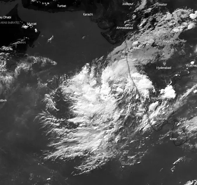 Image for the Tweet beginning: Wannabe Cyclone #Nisarga starts spinning