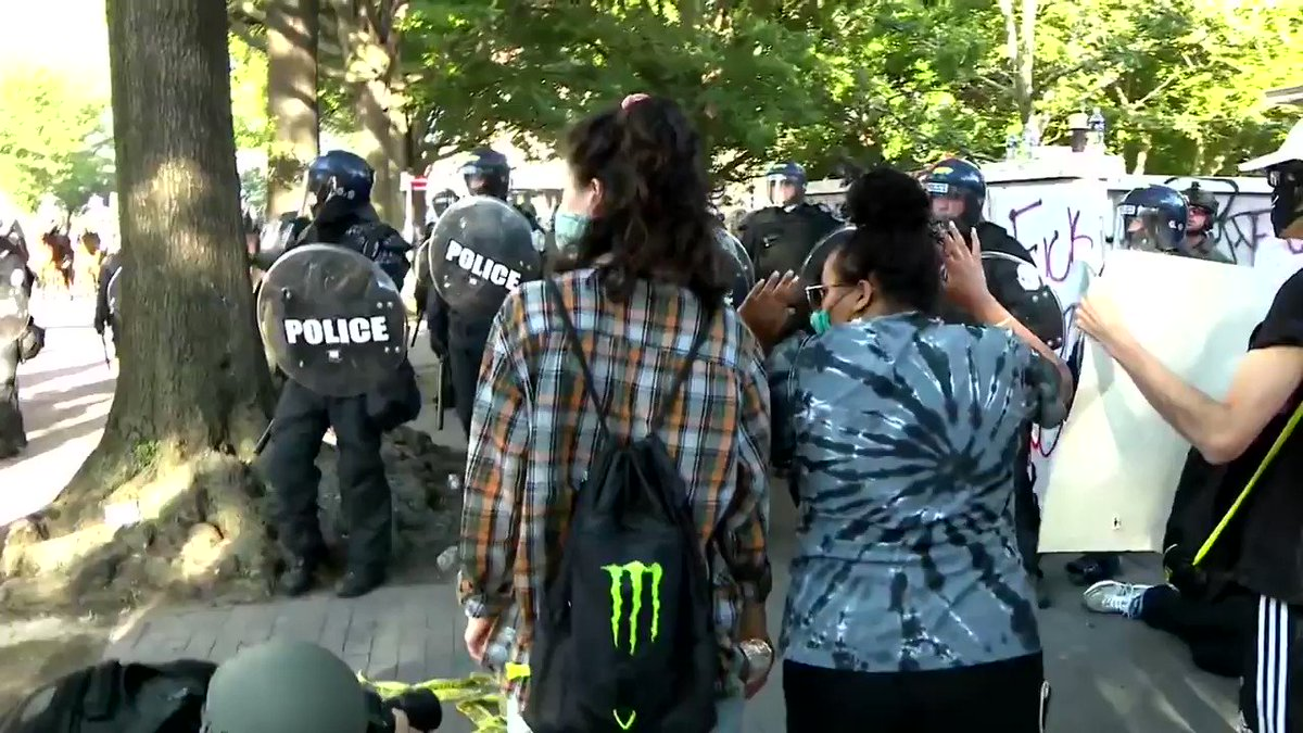 SHOCKING: to see members of the media also taking direct, *intentional* punches and swings from police as they cleared the streets of protesters outside the White House. #protest #Washington #WashingtonDCProtest   #PictureOfTheDay pic.twitter.com/7zR154O6Jg