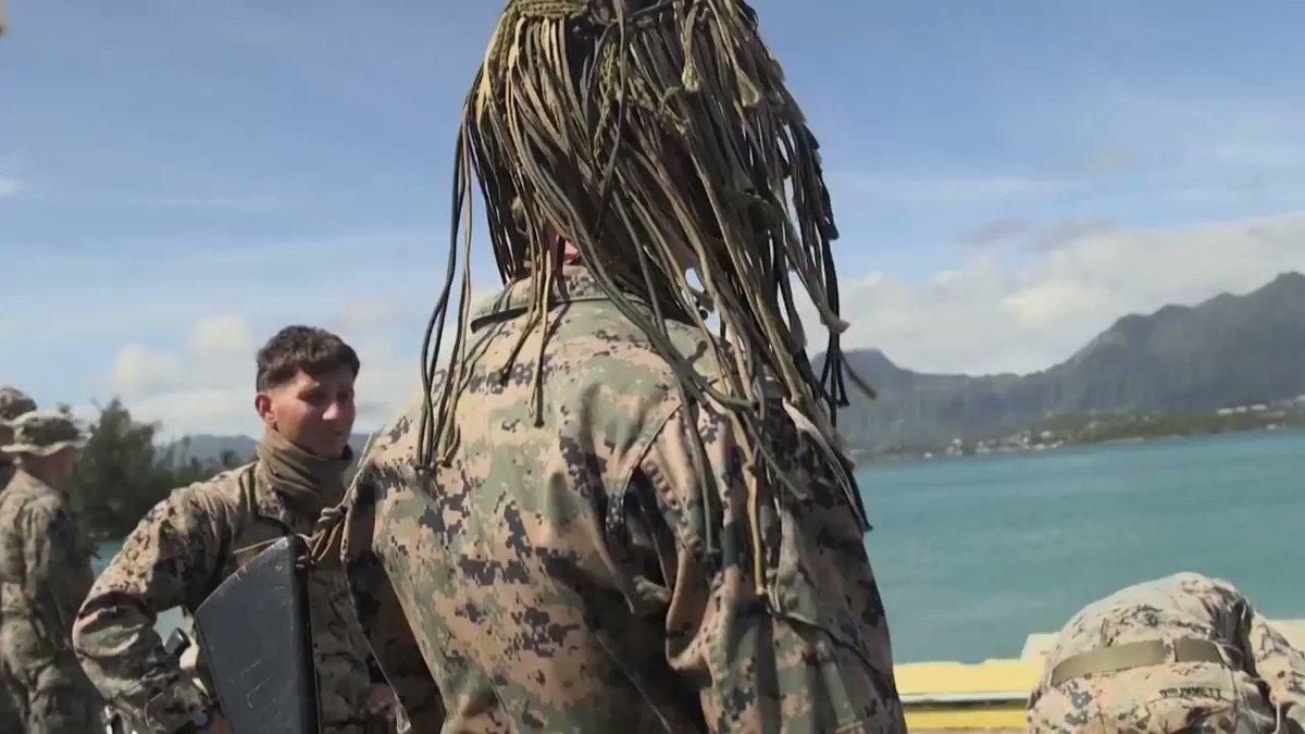 海兵隊が得意とする海中からの上陸訓練の様子です。