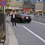 タクシーに止まってもらうために手を挙げている人に?ハイタッチするやつ!