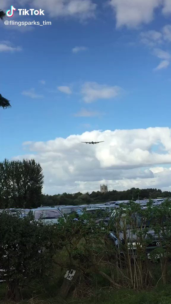 Low pass by a Lancaster Bomber.   What a sight!   #TuesdayThoughts pic.twitter.com/dLeicq1Hii