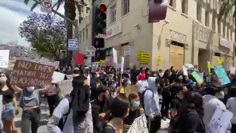 Peaceful #GeorgeFloyd protest happening on #Hollywood Blvd: pic.twitter.com/TxafBt6k4t