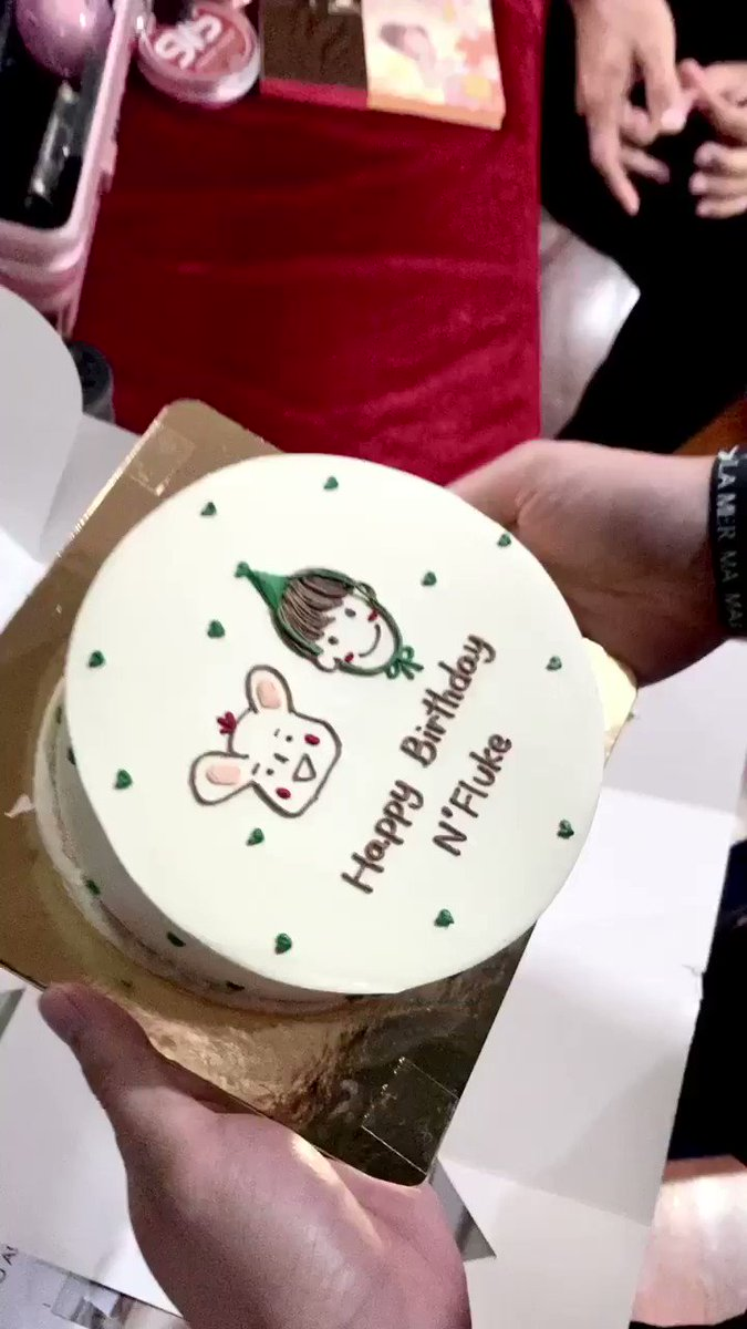 Wait... what's happening??? Why do i see another cake? Did Ohm gave a 2nd cake to Fluke? How many cakes does he have??? O_o   #HappyFlukeDay2020   pic.twitter.com/iFQffPSOGO