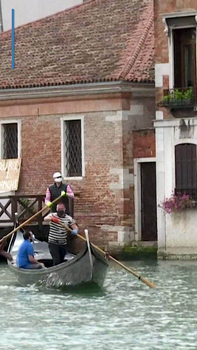 Image for the Tweet beginning: Watch Venice's famous gondolas returning