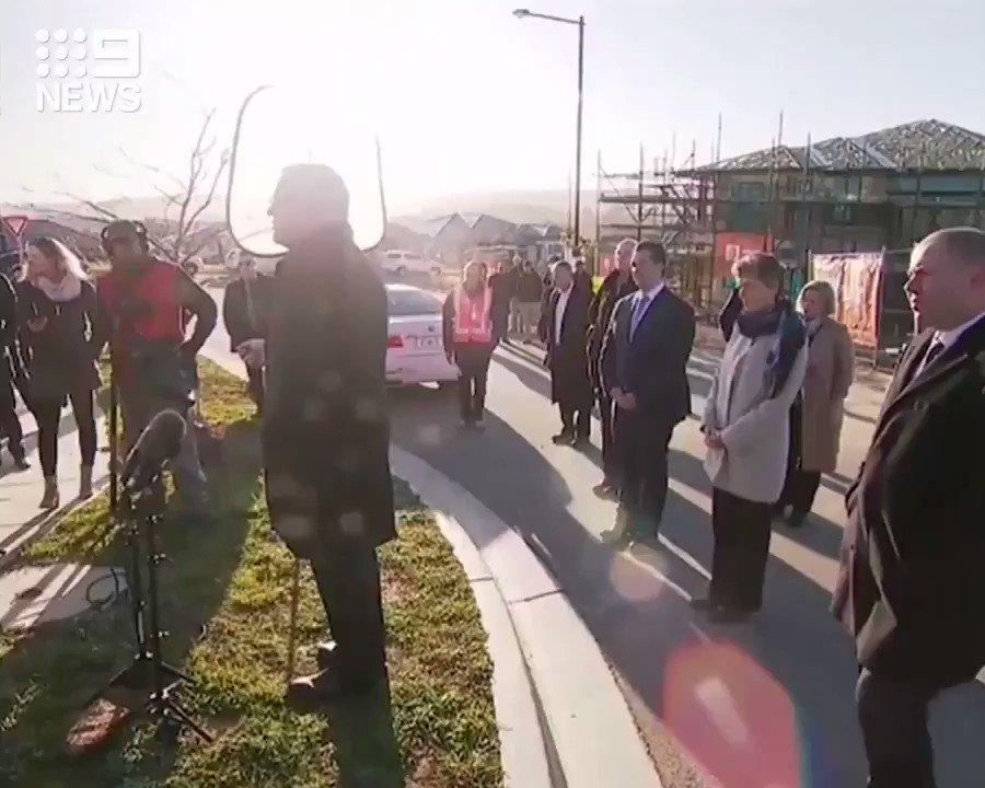 Ich hab das Gras eben erst ausgesät! Bewohner verjagt australischen Regierungschef vom Rasen vor lfd. Kamera. This is normally a german thing.