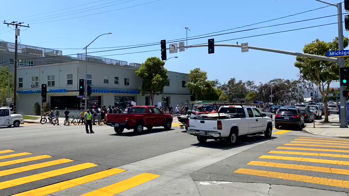 The 2pm southbound #blacklivesmatter protest to #Venice was 3 minutes early today. pic.twitter.com/YAeIRr5IqH