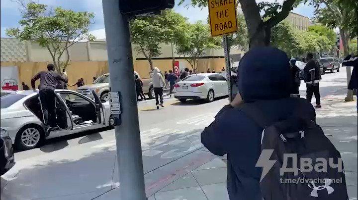 メディアが報道してくれない本物のヘイト•クライム。関係ない白人おじさんを車から追い出して、ボコボコにする黒人抗議者。途中、一人の抗議者がこっそり助手席に乗るので、車両も盗まれたかもしれないね。