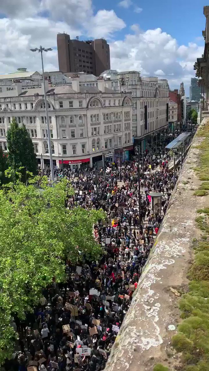 Thousands show up at the #BlackLivesMattters protest event in Manchester today 🇬🇧 👏🏽 #ukprotests