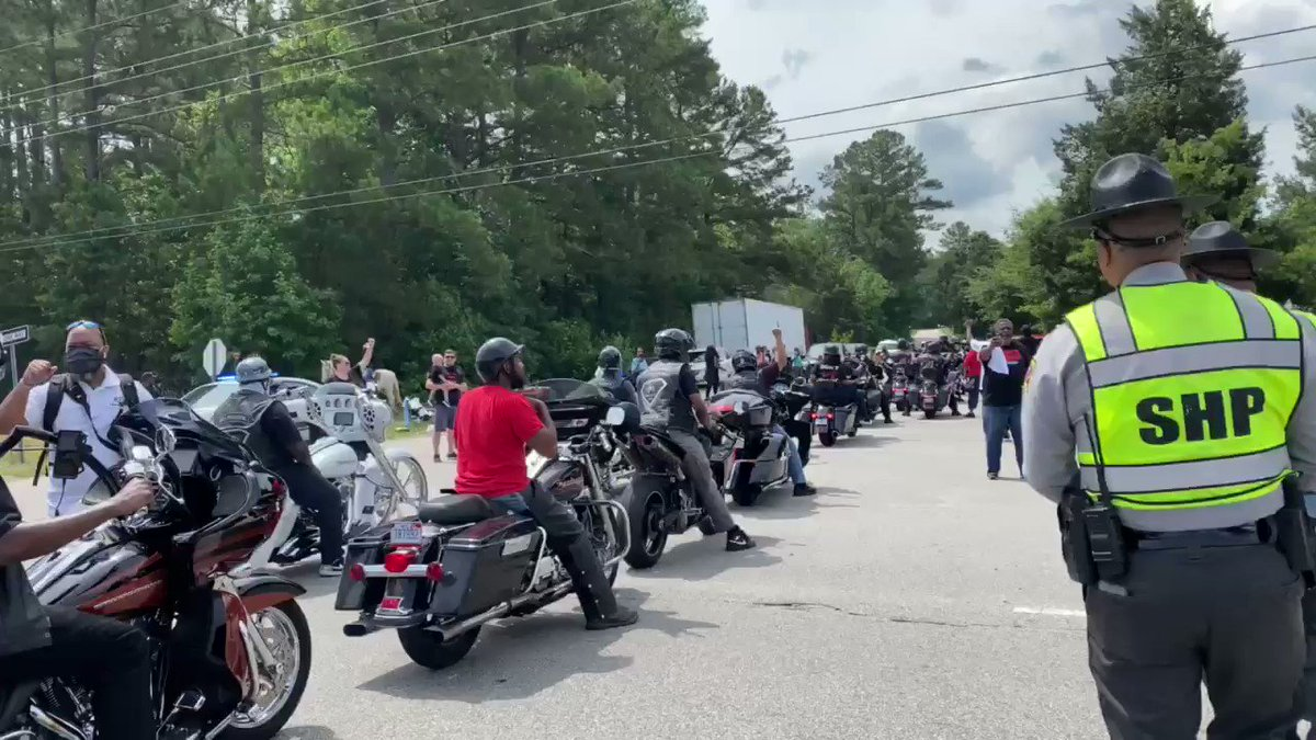 A number of black bikers have showed up to pay tribute to #GeorgeFloyd revving their engines as they raise their fists, shortly after this the crowd began chanting #NoJusticeNoPeace