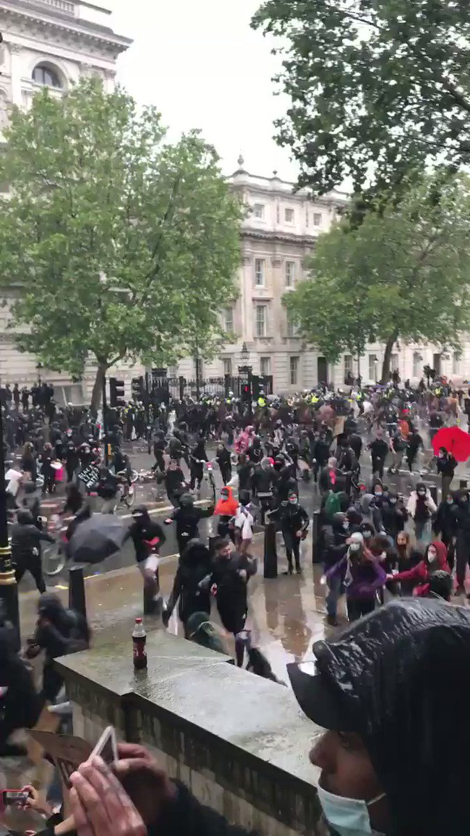 Bloody hell. Hope that police officer is ok. The people celebrating though!!🤬😤 #BlackLivesMatterUK