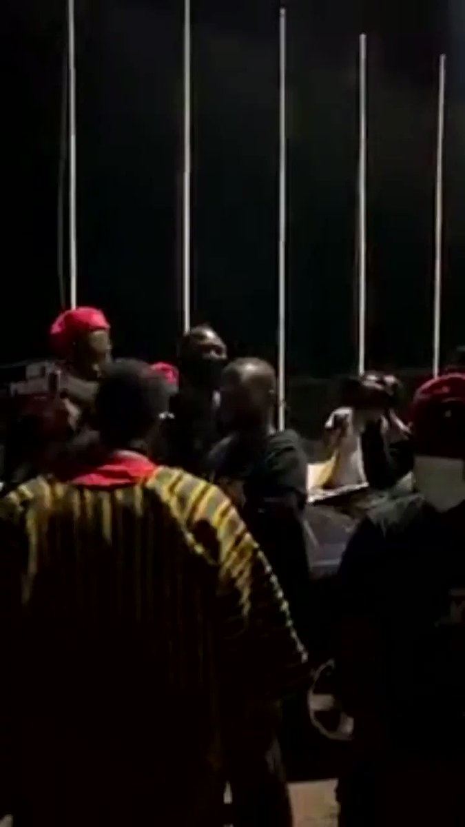 #ghana leader of #BlackLivesMatter arrested few moments ago at independence square. video by Kuukua Eshun  #mojusticenopeace #freedomandjustice pic.twitter.com/RfZUZgGCrC
