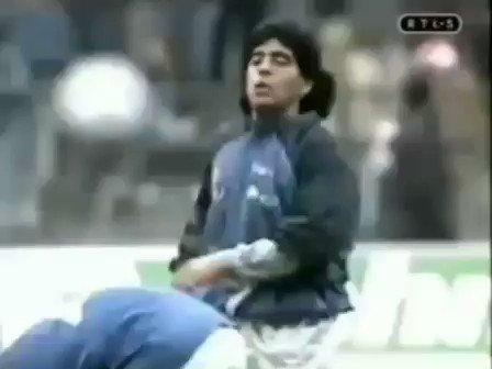 Replying to @rehventura: Pra melhorar seu dia: Maradona no aquecimento