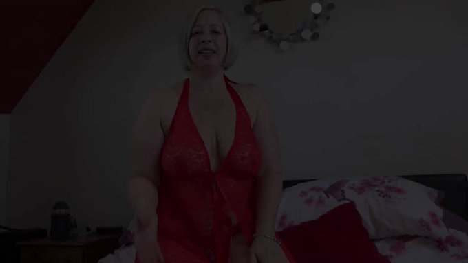 Hot blonde mature lady @Shootin5tar4U got dressed up for you. She is willingly showing off her skills