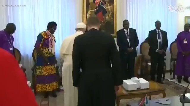 教皇亲吻黑人脚