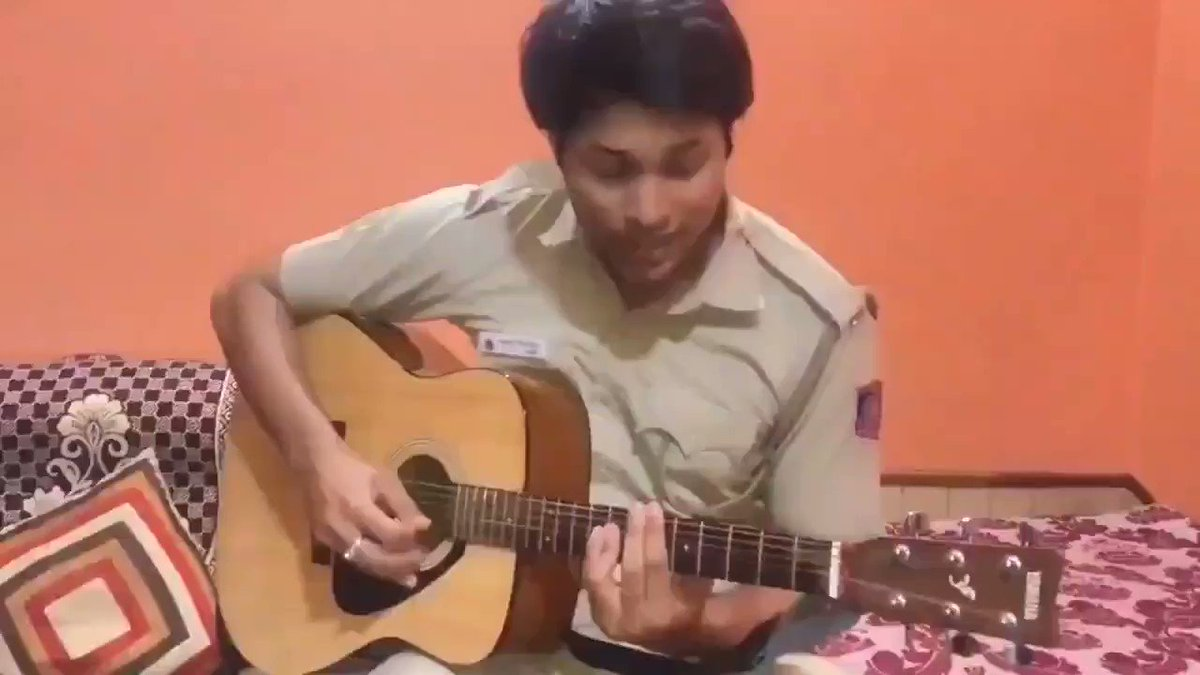 Goosebumps listening to Delhi Police Constable @RajatRathor_RJ singing Teri Mitti Mein... My favorite song too. Well done, keep it up 👏👏 #FridayMotivation #IndianPolice