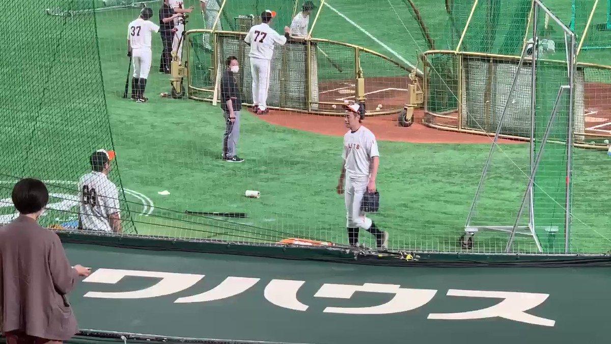 東京ドーム昨日の試合で死球を受けた亀井選手グラウンドに姿を現しています笑顔も見られます