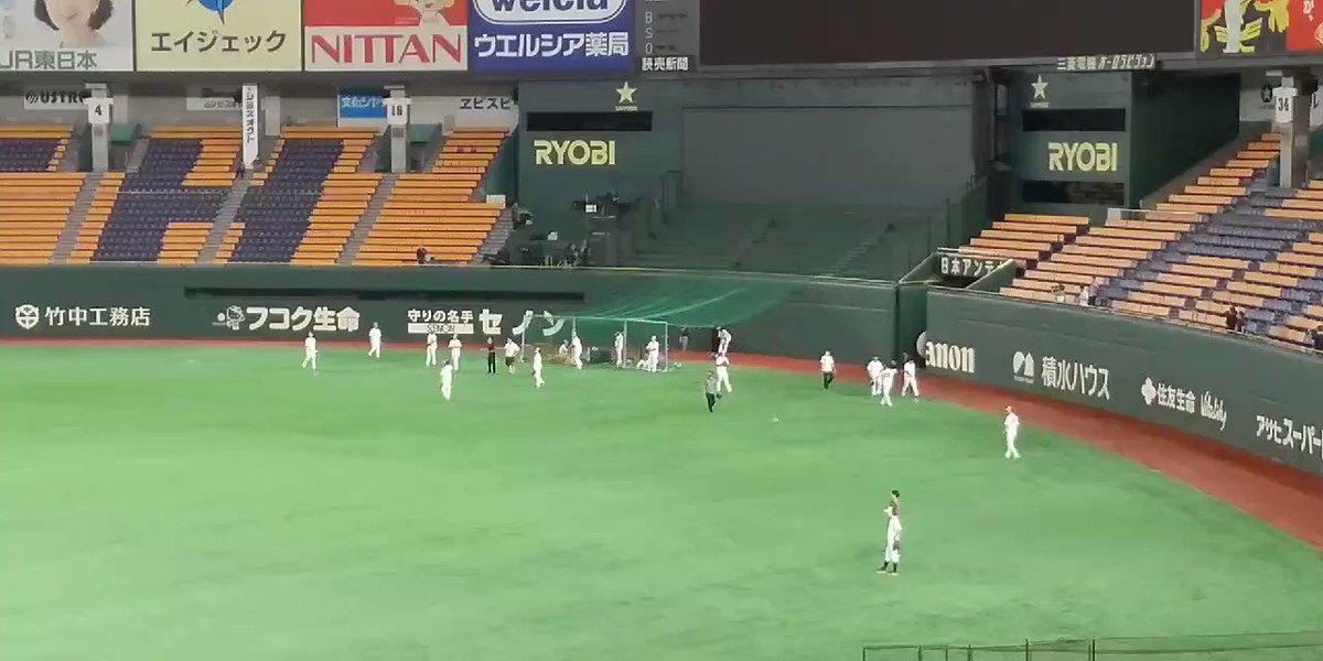 東京ドーム巨人試合前練習きのう右肘に死球を受けるも骨に異常なしだった #亀井善行 選手ライトの守備で軽く送球もTシャツ姿で外野守備に来た #坂本勇人 キャプテンと話してます表情は明るく元気そうです