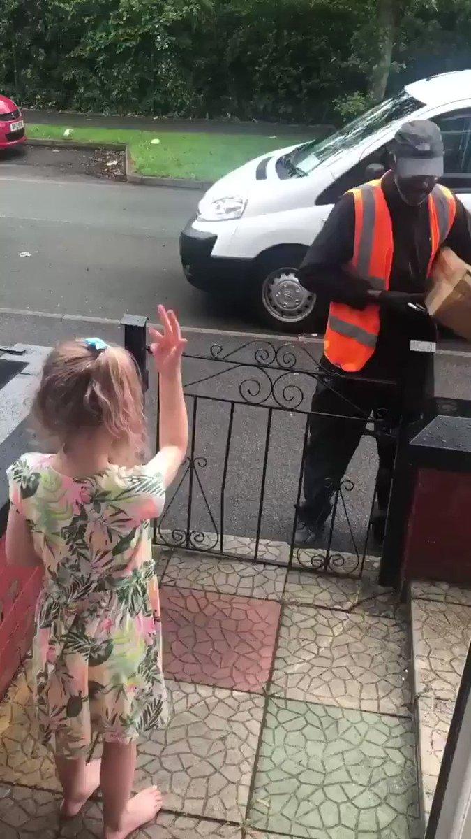 Cette petite fille a appris la langue des signes pour remercier son livreur 🙂 https://t.co/EjWsl84FaN