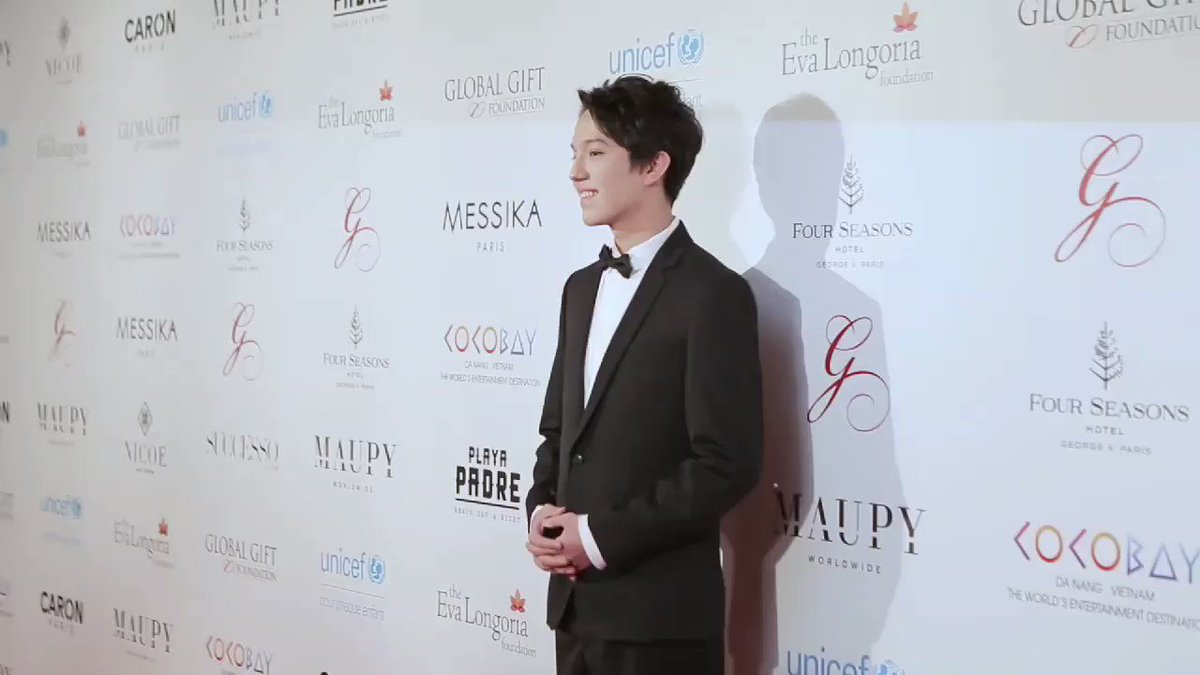 PARIS 2017 - Official BROLL The Global Gift Gala  (extrait - extract) ・・・ Et le soleil apparu...  ・・・ And the sun appeared...  Cr. vidéo Global Gift Foundation https://www.youtube.com/watch?v=X9IjkHfAs1s…  #DimashKudaibergen @dimash_officialpic.twitter.com/lkvukrlYCi