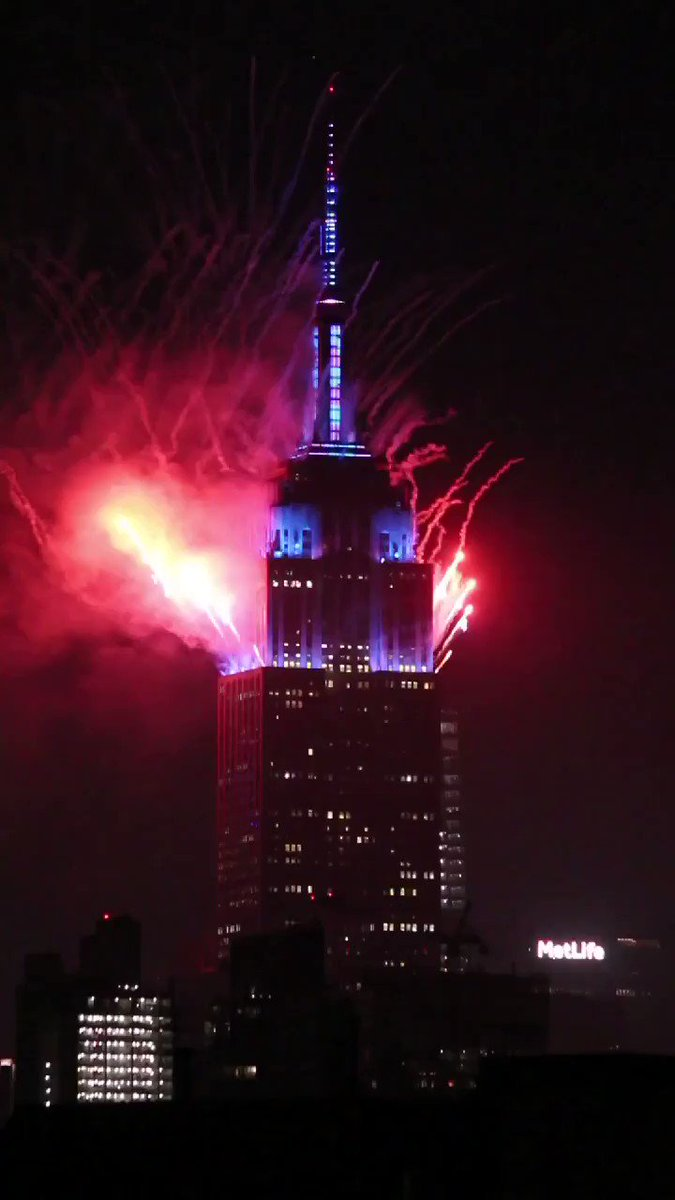 The finale of the Macy's 4th of July fireworks atop the @EmpireStateBldg #NYC https://t.co/OktPz0IBBp