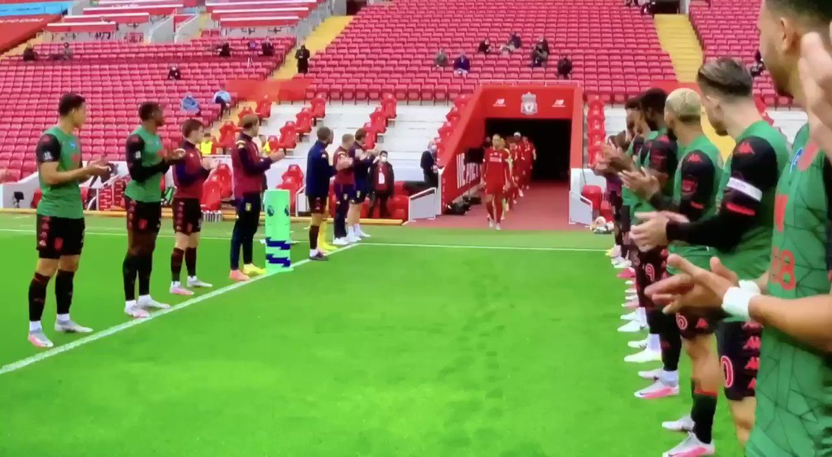 This is what you call a proper guard of honour.👏