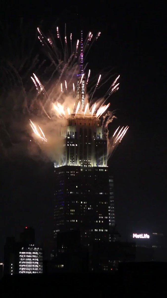 Last night's fireworks display from the @EmpireStateBldg #NYC https://t.co/tpmZR6z66O