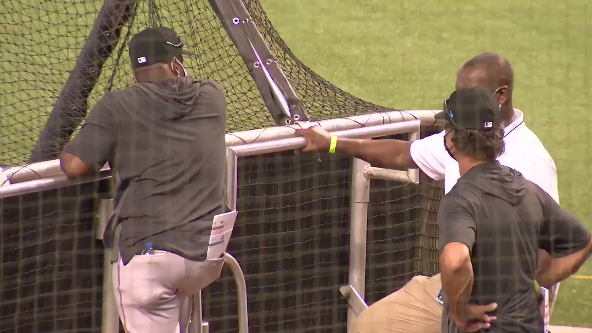 Marlins Manager Don Mattingly said yesterday the team feels a responsibility to set an example wrt the pandemic.  Here are some examples  today: Mattingly pointing out to Mike Hill that his hands were on the batting cage and Rojas telling players to spread out. (🎥 David Silver) https://t.co/jzLlgHzSXM