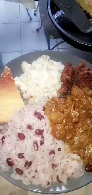 what I felt like ..curry oxtail, fried chicken, rice n peas ,potato salad, cornbread  #jamaica #jamaicanfoodpic.twitter.com/meCv27I8NN