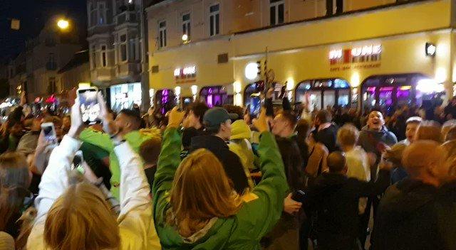 Image for the Tweet beginning: Völlige Eskalation im Bremer Viertel