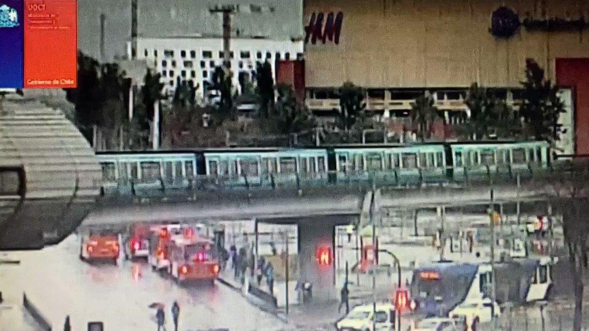 RT @TTISantiago Atención pasajeros de @metrodesantiago. Por lluvia que cae a esta hora en gran parte de Santiago, considera tiempo extra en tu desplazamiento por efecto del agua en #L2,#L5 #L4 y #L4A. Por seguridad, trenes operan en esas vías a velocidad reducida.
