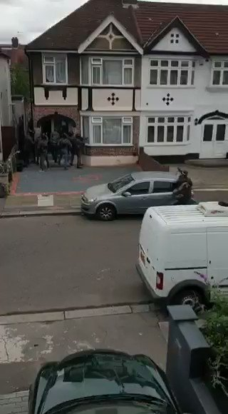 #BREAKING: Anti terror police in England have arrested 3 men and a teenager in east #London and #Leicestershire, UK, on suspicion of plotting terrorist acts.pic.twitter.com/NKEaUWKBOf