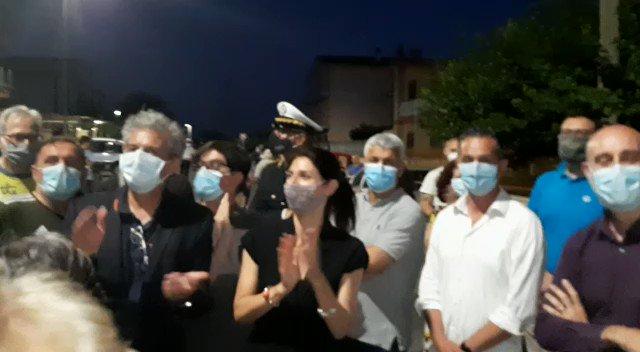 Sono in via Pomigliano DArco, nel Municipio VI zona est della città. Qui non cera illuminazione pubblica da 40 anni. I residenti chiedevano un intervento. Questa sera abbiamo festeggiato insieme e acceso le nuovi luci.