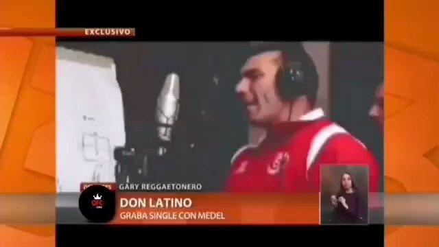 """Algún día fui cantante...pero de los malos malos 🙈🙈🙈. Más desentonado que Pitbull cantando 😂😂😂... Y ustedes, que han hecho que tiempo después piensan """"¿en qué cresta estaba pensando, wn??!!! jajajajajaja #remember #Garemember #NiPaCantanteDeMicros #GorrionDeConchali?? #tbt https://t.co/5JCUnvKbw6"""