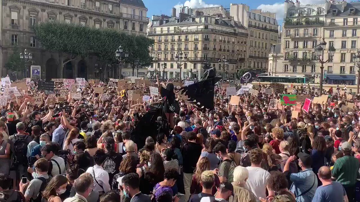 Des centaines de manifestants sur le parvis de l'hôtel de ville de Paris pour protester contre la nomination de #GeraldDarmanin et #EricDupondMoretti au gouvernement #rtfrance #politique #remaniement #Feministe #GouvernementCastex