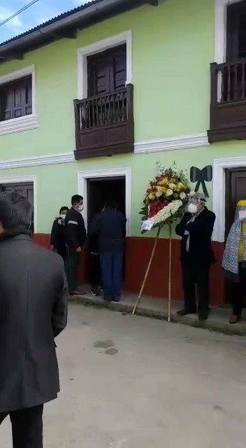 Así despide el pueblo de Huaros a Óscar Paredes, su dos veces alcalde y fallecido como alcalde provincial de #Canta en ejercicio. Que la huaca Churcuña acoja a su hijo de Aynas. @ProvincialCantapic.twitter.com/o2WSbFdyp2