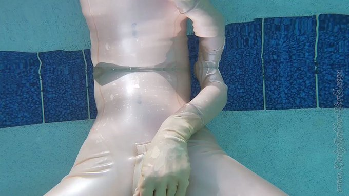 Watch Lara play underwater in her metallic transparent #latex in the pool https://t.co/tYouTPPHDf #underwater