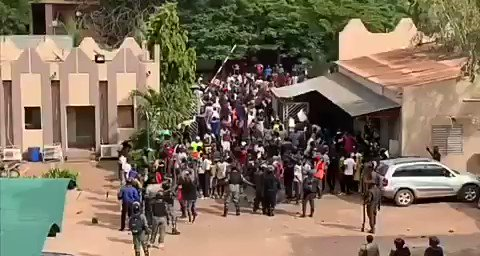 On Friday, protesters at the end of the 3rd week of Malis demand for #IBKDegage occupied the national radio-television broadcaster in Bamako. Notice the soldiers in the vicinity? Their guns are not cocked to shoot protesters unlike in some countries I know.