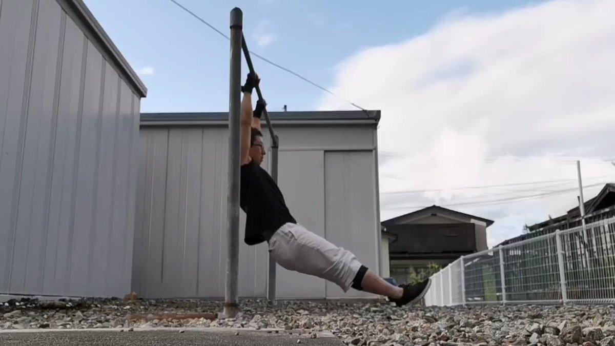 引く瞬発力を鍛えるトレーニングを思い付きで適当にやってみた。使う筋肉はロープ登りに近いかも。最近こういう動きをやってなかったので良い刺激になった。 😁 #筋トレ #鉄棒 #ロープ登り