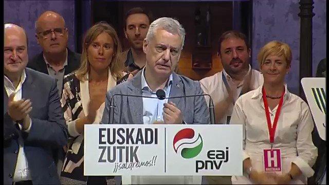 """#12Jul 🇪🇸 Tras ganar las elecciones en el País Vasco, Iñigo Urkullu afirmó que se pondrá """"manos a la obra"""" de inmediato para superar la crisis, ofrecer """"certezas"""" y dialogar """"con la voluntad de llegar a acuerdos"""" que aúnen y pongan, """"de nuevo, a Euskadi en pie"""". Video: @el_pais https://t.co/Qt7rYlWhXU"""