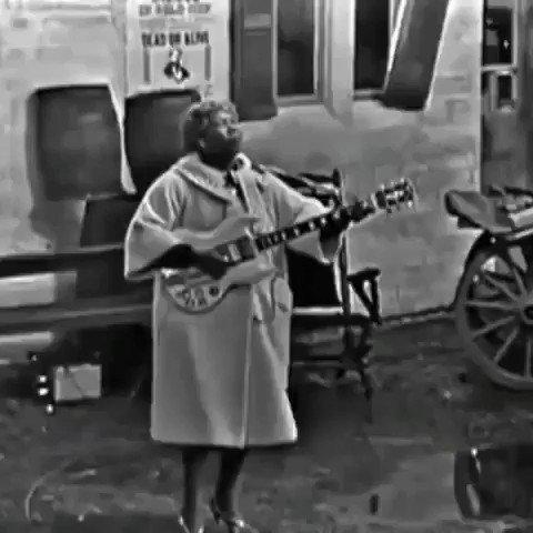 Elvis ainda tomava leite quando esta senhora fazia isso. Sister Rosetta Tharpe. Procure saber.
