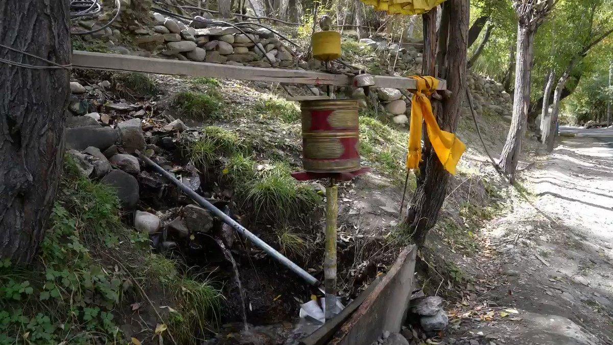 「マニ車」はチベット仏教のお経を収納した仏具で、一回まわすと中のお経を一回唱えたのと同じ功徳があるとされている。インド北部ラダック地方の村には、珍しい「水力マニ車」があった。小川を流れる水の力でマニ車を回し、自動的に功徳が積めるというなかなか便利なアイテムだ。