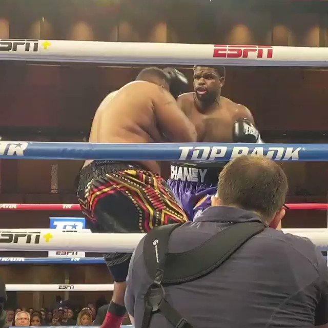 Qdo o WOCS era em ringue, vi acontecer o mesmo, também por isso,  o Cage é tão importante em uma luta de mma!!!! #boxing #fightlife #mma #muaythai @OlivarLeite1 https://t.co/901w9JGl5p