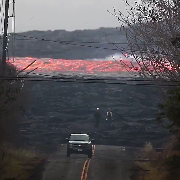 This is not a time-lapse video.   This is an amazing footage of a river of lava moving at an incredible speed.  Hawaii 🌋 🎥 Ken Boyer https://t.co/V4UEUQe7s0