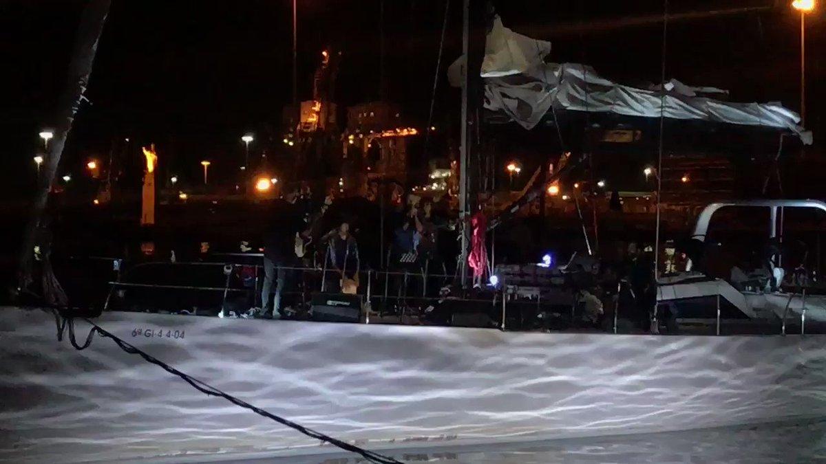 """L'avevamo avvistato ieri in giro per Taranto, ed ecco ora a sorpresa @vasco_brondi a Porto Rubino, che presenta """"Qui"""" insieme ai @Seltonmusic, «L'abbiamo provata in una cantina, molti metri sotto il livello del mare 🌊» https://t.co/FQdaqjXHei"""