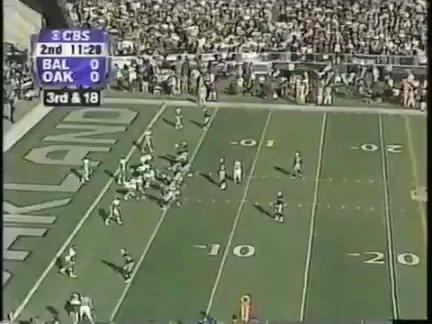 #UnDiaComoHoy en 2000, los #RavensFlock con una defensa memorable superaron a los #RaiderNation y se clasificaron para la Superbowl XXXV. Aquí vemos el tremendo TD (único del partido) de Shannon Sharpe👇 #nfl  @gracefherrera  @marisolbojackso  @RavensESP
