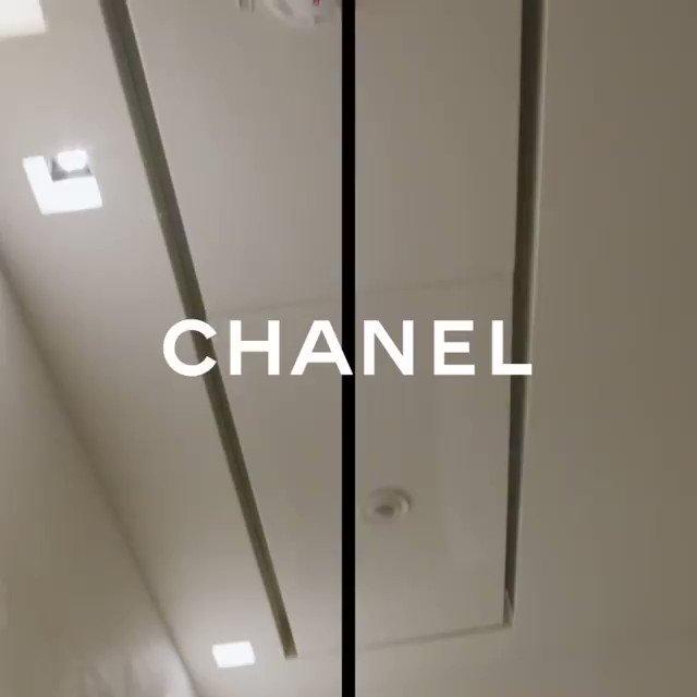 นอกจากหัตถศิลป์บนผืนผ้าที่โดดเด่นด้วยงานช่างฝีมือจากเวิร์กช้อปชั้นนำ อีกไฮไลต์ที่สะดุดตาใน #Chanel Métiers d'art 2020 เห็นจะมีรองเท้าส้นสูงทูโทน หนังสีทองคาดทับด้วยโบว์รัดตรงข้อเท้า ที่ช่วยคอมพลีตลุคจากรันเวย์ ให้ทุกสเต็ปหรูหรานี้  #ChanelMétiersdart #LOfficielThailand