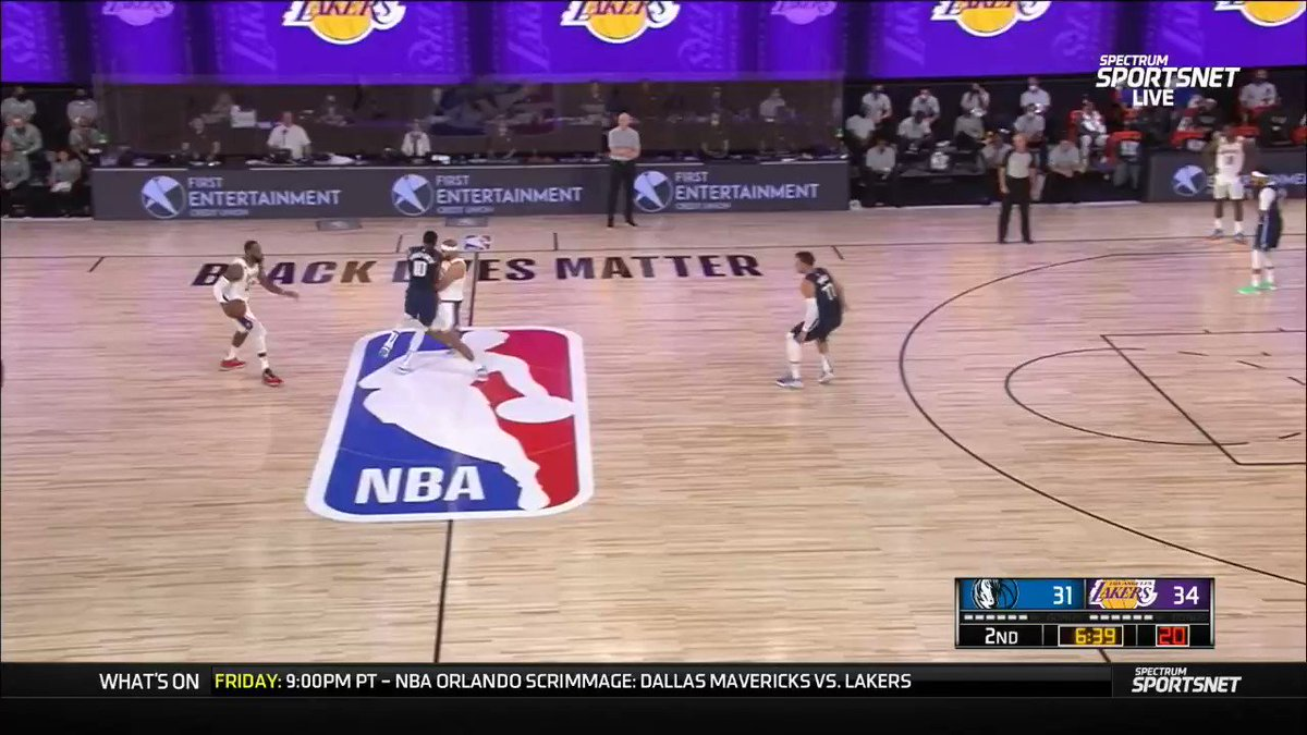 LeBron goes strong to the basket 💪🏽 https://t.co/Q7gtFwQ3FT